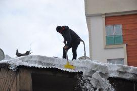 Çatılarda biriken karlar ekmek kapısı oluyor