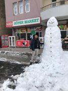 Hakkari esnaflarından 2 metrelik kardan adam