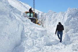 Kardan oluşan tünellerde kepçe'nin zorlu çalışması