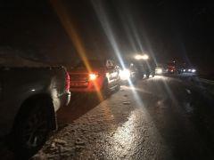 Yüksekova'da kar yağışı sürücülere zor anlar yaşattı