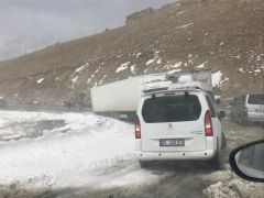 Yüksekova'dan çıkan sürücüler Güzeldere'de mahsur kaldı