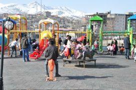 Güneşli havayı fırsat bilen Yüksekovalılar parklara akın etti