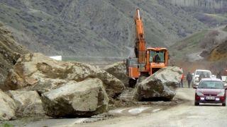 Hakkari – Van yoluna dev kayalar düştü