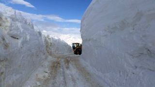 Kar kalınlığının 4 metreyi bulduğu yolda hummalı çalışma