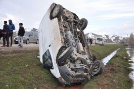 Minibüs takla attı: 2 yaralı