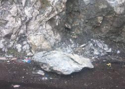 Mir Kalesi'nden düşen kayalar tehlike saçıyor
