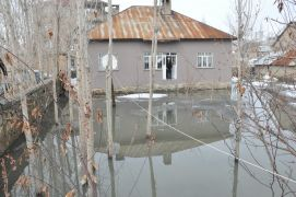 Yüksekova'da ev ve bahçeler su altında kaldı