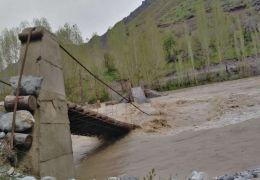 Asma köprü sular altında kaldı