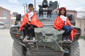 Çocuklardan Özel Harekat polisine yoğun ilgi