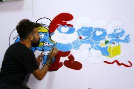 Yüksekovalı öğretmen, çocuklar için duvarları renklendiriyor