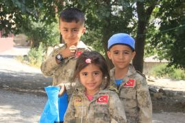 Asker kıyafetli Hakkarili çocuklar bayrama renk kattı