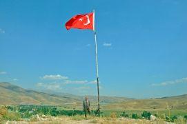 (Özel) 35 yıldır Türk bayrağını köyünde dalgalandırıyor
