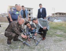 Vali Akbıyı, hurda malzemelerden drone yapan genci ziyaret etti