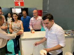 Vali yardımcısı Duruk, fuarda misafirlere 'devin' çorbası ikram etti