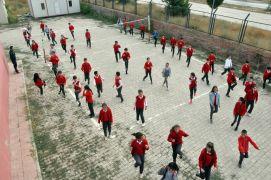 Yüksekovalı öğrenciler yeni eğitim yılına dansla başladı