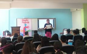 Anadolu Vakfı yetkilileri Hakkari'de öğretmen ve öğrencilerle buluştu