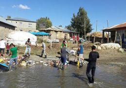 El ele veren gençler, köylerindeki çöpleri temizledi