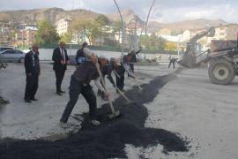Hakkari Belediyesi kazılan yolları onardı