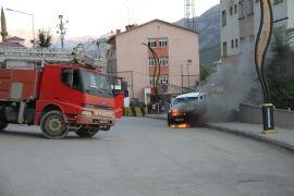 Şemdinli'de seyir halindeki araç alev aldı