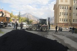 Tahrip olan yollardaki asfalt yama çalışması sürüyor