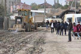 Yüksekova'da yol yapım çalışması