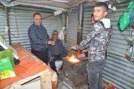 Soğuk havaya karşı soba yakarak müşteri bekliyorlar