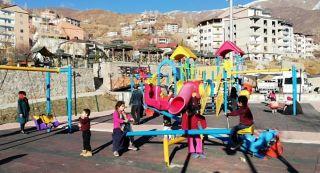 Güneşli havayı fırsat bilen çocuklar parkları doldurdu
