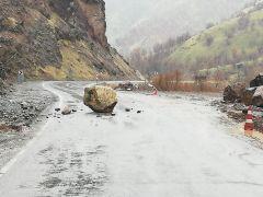 Hakkari-Çukurca karayoluna kaya düştü