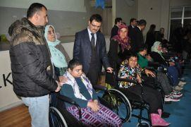 Yüksekova'da engellilere tekerlekli sandalye dağıtımı