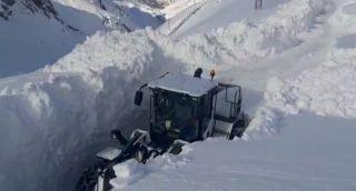 Yüksekova'da kar kepçe boyunu geçti