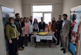 Yüksekova'da yardıma muhtaç öğrenciler için meyve sattılar