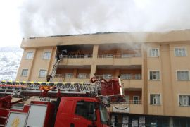 Çatı yangınına itfaiye ve TOMA'dan müdahale