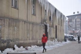 Yüksekova'da buz sarkıtları bir metreyi geçti