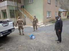 Jandarma fitrelerini köylüye bağışladı