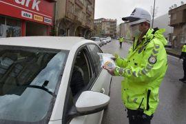 Trafik ekipleri maske dağıttı