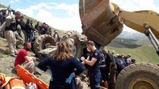 Yüksekova'da traktör devrildi: Sürücü 2 saat sonra kurtarılabildi