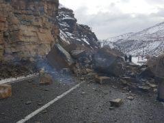 Hakkari-Çukurca kara yoluna kaya düştü