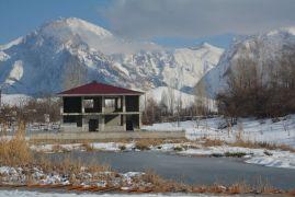Hakkari'deki Golazüryan Göleti dondu