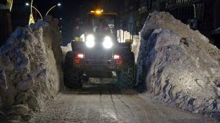 Yüksekova'da kar kalınlığı iş makinesinin boyunu buldu