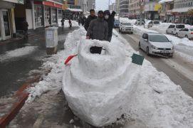 Yüksekova'da yapılan kardan 'Titanik' gemisine yoğun ilgi