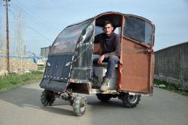 Hurda malzemelerden yaptıkları elektrikli arabayla artık işe gidip geliyorlar