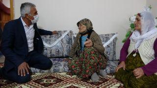 Köy muhtarı ev ev gezerek vatandaşları aşı olmaları için uyarıyor