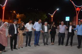 Gazeteciler gece yarısı sınırda halay çekti