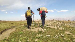 Yüksekovalı dağcılar, dağda buldukları oğlağı sırtlarında taşıyıp sahibine teslim ettiler
